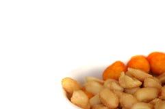 Uma bacia de amendoins Fotos de Stock Royalty Free