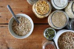 Uma bacia de cereal com a colher na barra do muesli fotos de stock royalty free