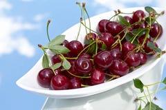 Uma bacia de cerejas ácidas frescas Imagem de Stock