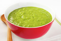 Sopa de ervilha verde fresca Fotografia de Stock Royalty Free