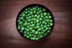 Uma bacia de ervilhas frescas Fotos de Stock Royalty Free