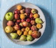Uma bacia de frutos em uma tabela Fotografia de Stock Royalty Free