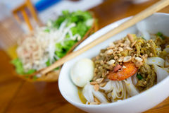 Uma bacia de macarronete com carne de porco, camarão, vegetais, e ovo (meu Tom Thit Trung) Fotos de Stock Royalty Free