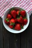 Uma bacia de morangos Imagem de Stock Royalty Free