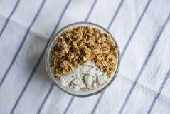 Uma bacia de parfait saudável, granola caseiro fotografia de stock royalty free