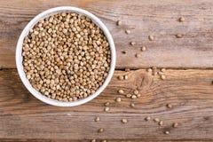 Uma bacia de sementes de cânhamo Foto de Stock Royalty Free