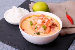 Uma bacia de sopa dos peixes com salmões, camarões e batata Fotografia de Stock