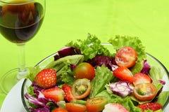 Vegetais salada e vinho tinto, na terra da parte traseira do verde imagens de stock royalty free