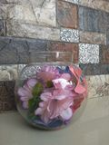 Uma bacia de vidro nas flores fotos de stock