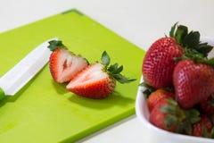 Uma bacia e fatias de morangos Imagens de Stock