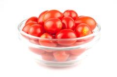 Uma bacia pequena de frutos do tomate de cereja Fotos de Stock