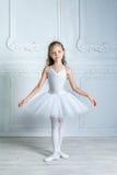 Uma bailarina nova adorável pequena em um humor brincalhão no inter fotografia de stock