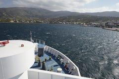 Uma balsa chega na ilha de Andros fotografia de stock