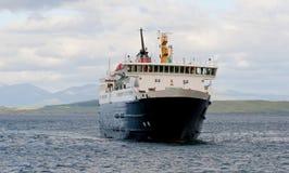 Uma balsa nas montanhas escocesas Fotos de Stock Royalty Free