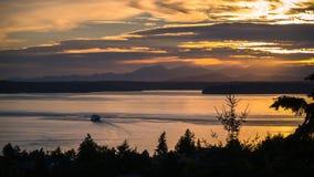 Uma balsa no por do sol ocidental de Seattle Foto de Stock