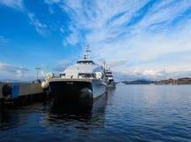 Uma balsa no porto contra o contexto do litoral pitoresco do Mar Egeu imagem de stock