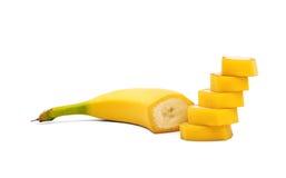 Uma banana amarela doce cortou em partes perfeitas Uma banana cortada isolada em um fundo branco Refrescamento e frutos suculento imagens de stock royalty free