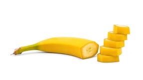 Uma banana amarela doce cortou em partes perfeitas Uma banana cortada isolada em um fundo branco Refrescamento e frutos suculento foto de stock royalty free