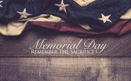 Uma bandeira americana ou uma estamenha em um fundo de madeira com cumprimento do Memorial Day imagem de stock royalty free