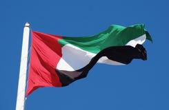 Uma bandeira brilhante dos UAE no sol imagens de stock