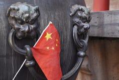 Uma bandeira chinesa Sticked na bacia de bronze imagem de stock