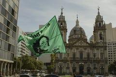 Uma bandeira com a cara do político de Marielle Franco Brazilian e da frase 'nossa arma é educação ' Bandeira na frente de Candel imagens de stock royalty free