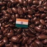 Uma bandeira da Índia colocada sobre feijões de café roasted imagem de stock royalty free