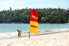 Uma bandeira de advertência na praia Imagens de Stock Royalty Free