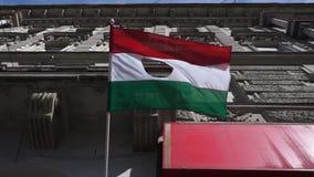 Uma bandeira húngara de cinquenta e seis furos se levanta ao vento filme