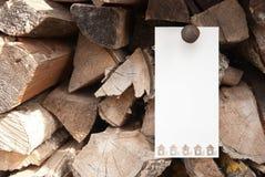 Uma bandeira no fundo de madeira imagens de stock