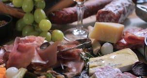 Uma bandeja de charcuterie curado da carne: presunto, salame e queijo imagens de stock