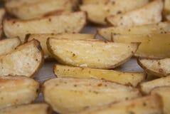 Uma bandeja de close up das microplaquetas de batata de Oven Baked Fried Sweet Homemade isolou o alimento foto de stock