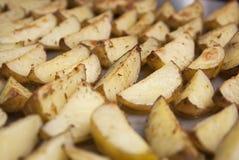 Uma bandeja de close up das microplaquetas de batata de Oven Baked Fried Sweet Homemade isolou o alimento imagens de stock royalty free