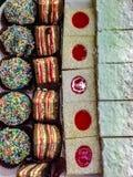 Uma bandeja de doces prontos para ser comido por algum ávido as sobremesas tais como pastelarias da pastelaria são de muitos tipo fotografia de stock