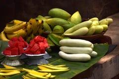 Uma bandeja de frutos frescos saborosos imagem de stock