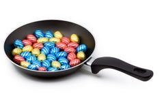 Uma bandeja encheu-se com os ovos de easter do chocolate Imagem de Stock