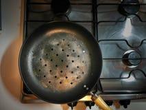 Uma bandeja usada para cozinhar castanhas imagens de stock