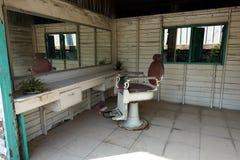 Uma barbearia de madeira pequena vazia e abandonada foto de stock
