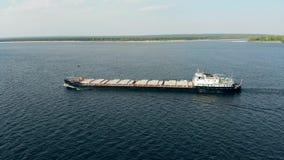 Uma barcaça está navegando pelas águas video estoque