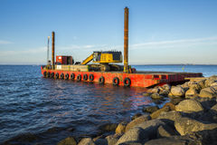 Uma barca com uma máquina escavadora Imagens de Stock Royalty Free
