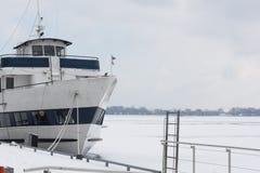 Uma barca no moorage do lago ontario, baixa de Toronto, Canadá Foto de Stock Royalty Free
