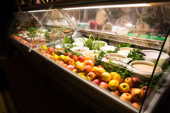 Uma barra com a barra do fruto e de salada Fotografia de Stock Royalty Free