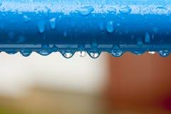 Uma barra de metal com muitas gotas da água Fotos de Stock Royalty Free