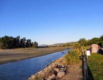 Uma barraca enviada acima no acampamento bonito ao longo da praia Há uma vista de Westport, Nova Zelândia no fundo imagens de stock