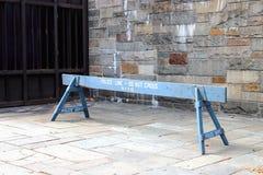 Uma barreira de madeira de NYPD fora da uma plaza do UN em Manhattan Fotografia de Stock