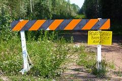 Uma barricada com um sinal escrito à mão que a estrada é fechado Foto de Stock Royalty Free