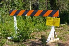 Uma barricada com um sinal escrito à mão que a estrada é fechado Imagens de Stock Royalty Free