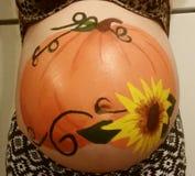 Uma barriga grávida pintada fotografia de stock