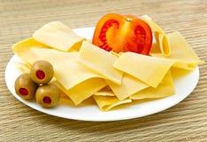 Uma base para um lasagna, com um tomate em uma placa Foto de Stock