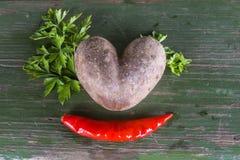 Uma batata e uma pimenta - um coração e um sorriso fotos de stock royalty free